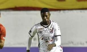 Matheus Babi celebra estreia com vitória no Athletico