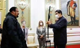 Ator Steven Seagal presenteia Maduro com espada de samurai