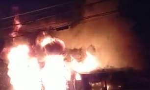 Após assassinato de jovem negro, moradores incendiam ônibus