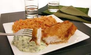 Filé de peixe à milanesa com creme branco de espinafre