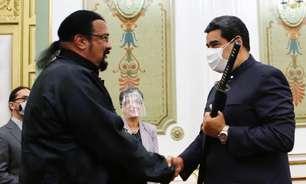 """Steven Seagal presenteia Nicolás Maduro com espada samurai """"da Rússia"""""""