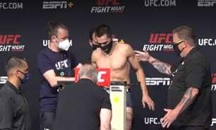 Lutador quase desmaia e precisa ser amparado na pesagem do UFC Vegas
