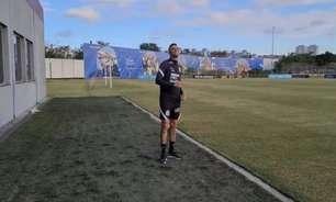 Em 'casa', Luan empina pipa antes de treino do Corinthians: 'Isso aqui é minha infância inteira'