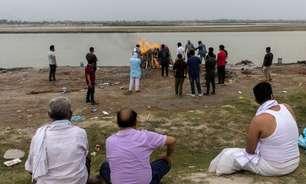Com quase 4 mil mortes por Covid a cada dia na Índia, corpos flutuam pelo Ganges