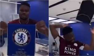 Jogador do Leicester joga flâmula do Chelsea no chão após título da Copa da Inglaterra