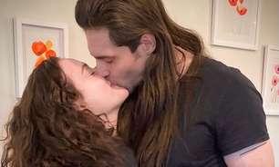 Kat Dennings revela noivado com o roqueiro Andrew W.K.