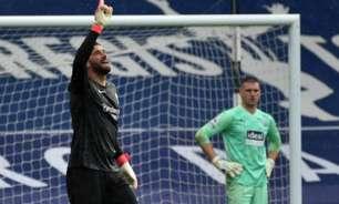 Após gol histórico, Alisson dedica momento ao pai: 'Com certeza ele está extremamente feliz e orgulhoso'