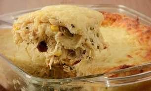 Torta de pão de forma e frango na travessa para provar o quanto antes