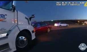 Crianças 'roubam' carro dos pais e causam acidente; assista
