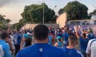 Torcedores do Cruzeiro pedem saída da diretoria e 'cornetam' o time