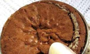 Bolo brownie macio para se comer com a colher