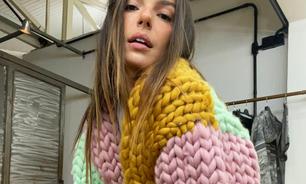 Isis Valverde chama atenção com jaqueta de tricô gigante