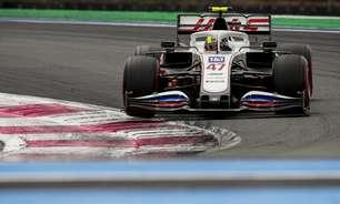 """Schumacher reclama de assento torto na Haas e Vettel sugere: """"Quebra esse"""""""