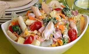 Salada de macarrão com legumes e frios