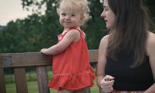 'Não vê TV nem celular': a menina de 2 anos que viralizou falando palavras difíceis