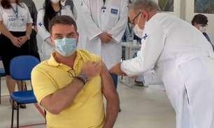 Flávio Bolsonaro se vacina e posta vídeo com elogios ao pai