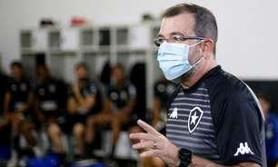 Enderson admite que pediu desculpas ao elenco do Botafogo após briga com árbitro: 'Não consegui me conter'