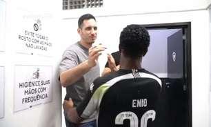 Bastidores: sem muletas, Gatito marca presença no vestiário do Botafogo em vitória no Brasileirão