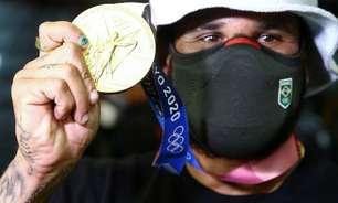 Ítalo volta ao Brasil como primeiro campeão olímpico do surfe e já quer surfar