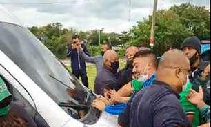 Grupo de torcedores do Fluminense protesta na entrada do CT após derrotas