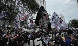 Torcedores do Corinthians voltam a protestar em frente à sede do clube