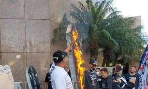 Torcedores protestam contra diretoria do Corinthians