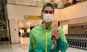 Bronze, Scheffer traz medalha no bolso em retorno ao Brasil