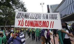 Bolsonaristas atacam repórter por usar celular vermelho