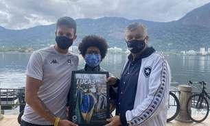Após resultado histórico nas Olimpíadas, Lucas Verthein chega ao Brasil e recebe placa do Botafogo