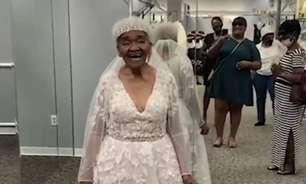Idosa arranca sorrisos ao usar vestido de noiva pela 1ª vez