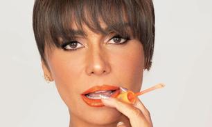 Giovanna Antonelli destaca os lábios com laranja metalizado