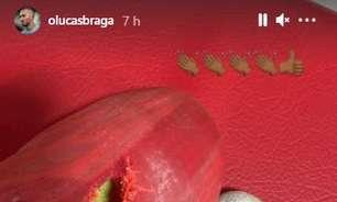 Com aplausos irônicos, Lucas Braga publica foto de chuteira rasgada e pé ferido no Paraguai