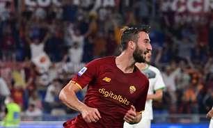 Roma marca no fim, vence Sassuolo e lidera Italiano