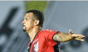Herói na Vila Belmiro! Zé Ivaldo celebra classificação do Athletico
