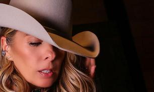 Adriane Galisteu mostra como usar chapéu de cowboy