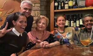 Gloria Menezes aparece pela 1ª vez após morte do marido
