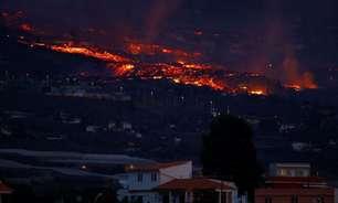 Vulcão nas Ilhas Canárias continua em erupção e lança lava em direção ao mar