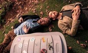 Mark Ruffalo posa com Ryan Reynolds ao lado de adesivos de Hulk e Deadpool