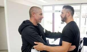 Pressionado no Corinthians, Sylvinho é elogiado por Giuliano: 'Tiro o chapéu'
