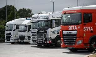 Com filas em postos, Reino Unido promete resolver falta de caminhoneiros