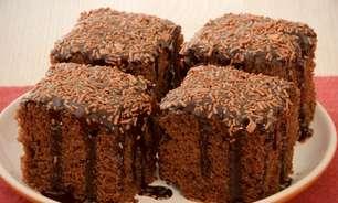 Receitas de bolo fofinho com cobertura para fazer no café da tarde