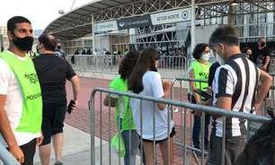 Entrada de torcedores do Botafogo no estádio é marcada por pouca aglomeração e protocolo seguro