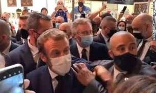 Macron leva ovada em evento na França, mas ovo não quebra