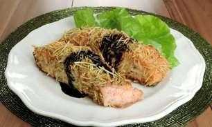 Salmão em crosta de batata palha para uma refeição deliciosa