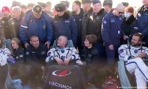 Equipe cinematográfica russa retorna após filmagem no espaço
