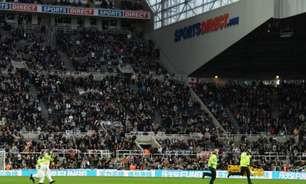 Duelo entre Newcastle e Tottenham é interrompido após torcedor passar mal na arquibancada