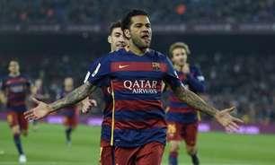 Daniel Alves volta ao Camp Nou para acompanhar vitória do Barcelona: 'Sinto falta'