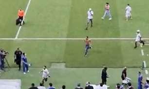 Torcedores do Santa Cruz invadem gramado após queda na Pré-Copa do Nordeste
