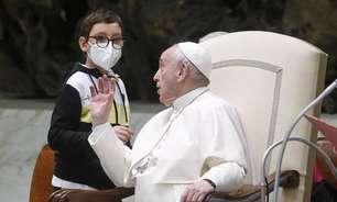 Menino quebra protocolo e 'invade' audiência do Papa