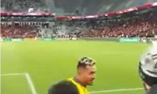 Torcedor do Athletico cai de cabeça ao se exaltar em insultos a Diego Alves; assista